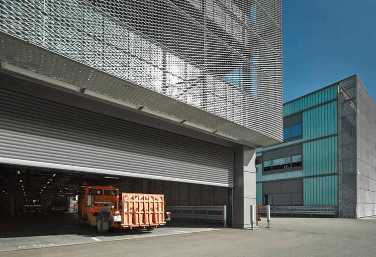 Revisión y mantenimiento de puertas industriales
